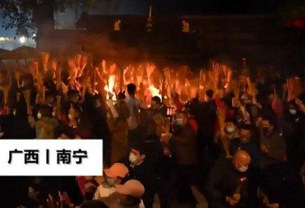 广西青秀山上万人争烧头香,人头传动人山人海!